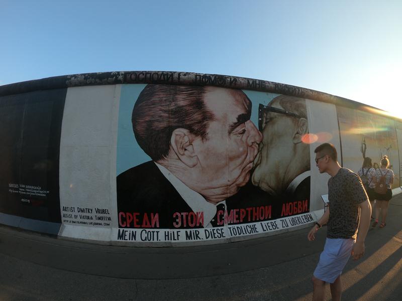 ce948782 Vi kjøpte oss en dagsbillett for trikk og buss. Det første stoppet ble  Berliner muren. Muren er utrolig lang og har mange budskaper.